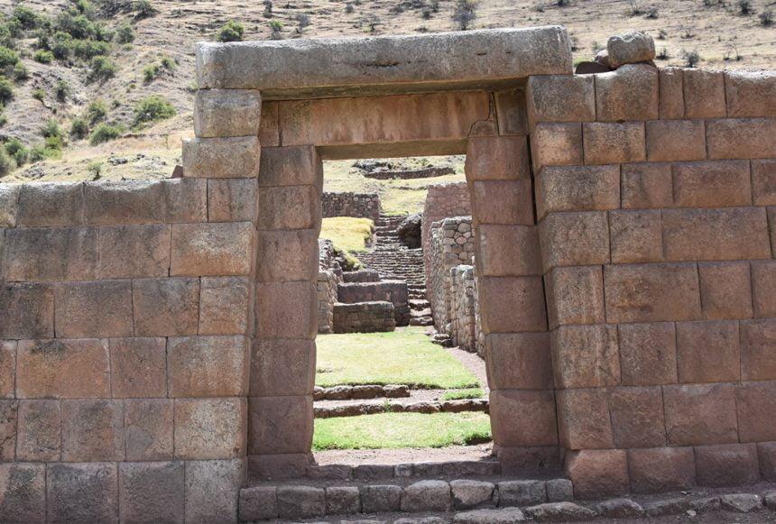 Organizing trekking through the Maukallaqta ruins near Cusco